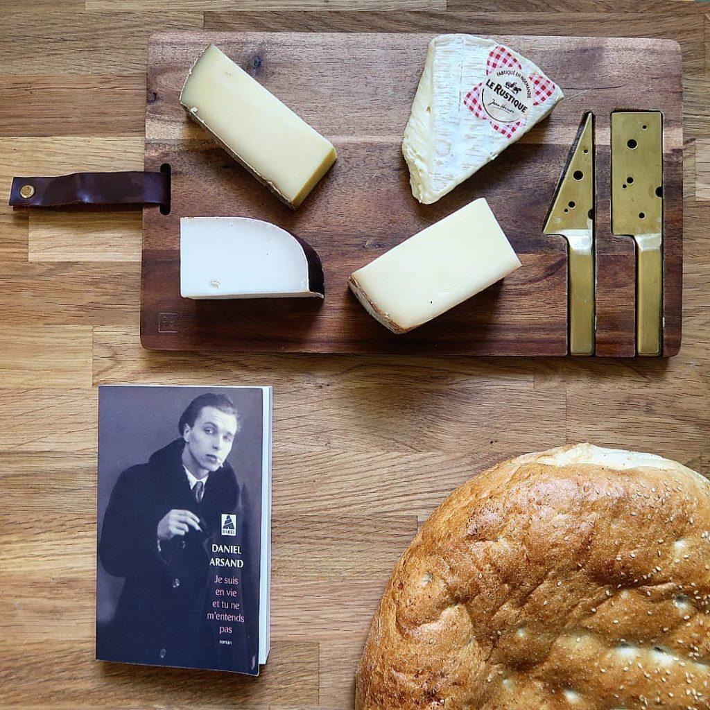 livre je suis en vie et tu ne m'entends pas avec un plateau de fromage