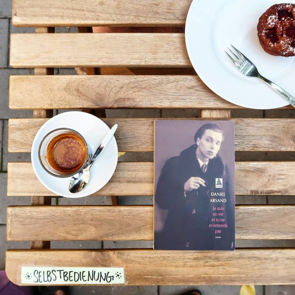 livre je suis en vie et tu ne m'entends pas à la terrasse d'un café
