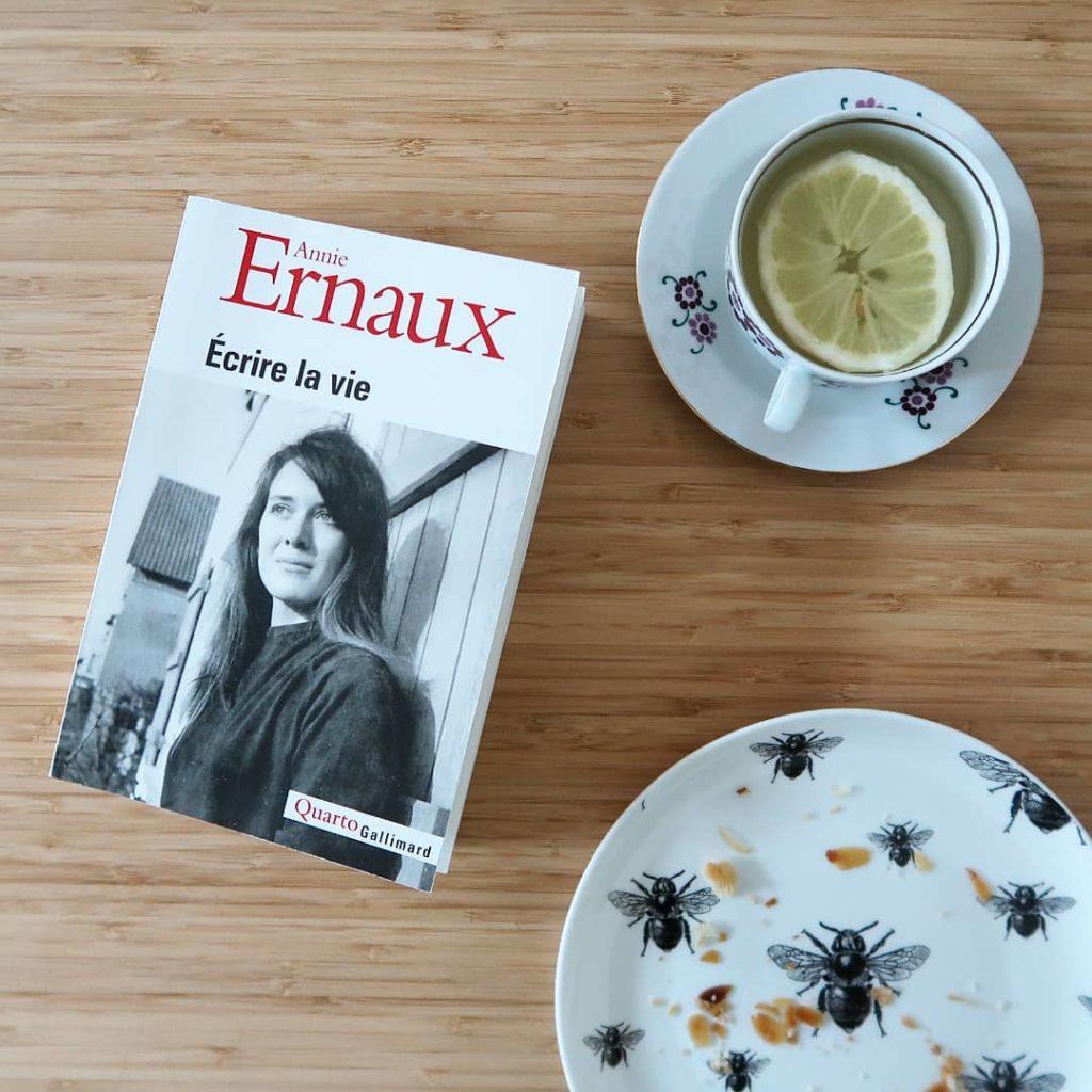 livre la honte avec une assiette vide et un thé au citron