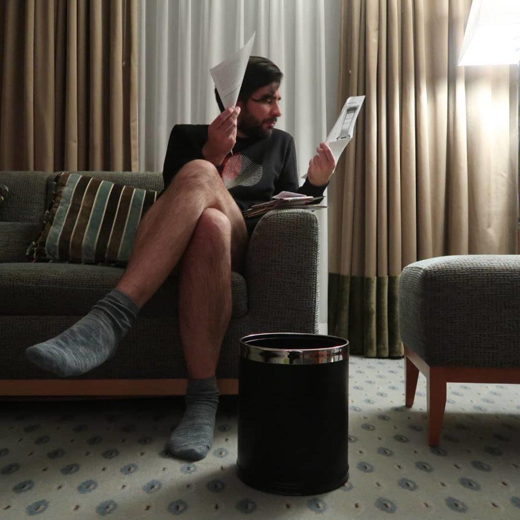 un homme dans une chambre d'hôtel