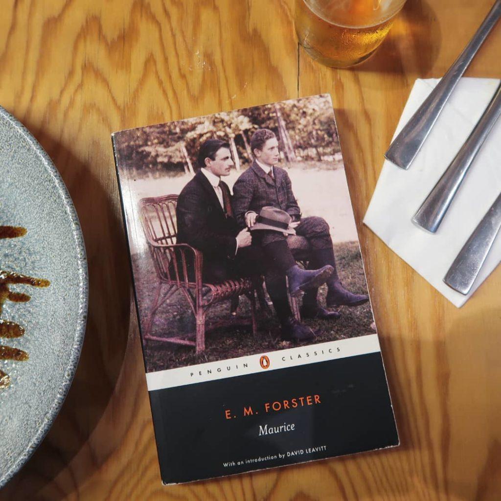 livre maurice sur une table de restaurant