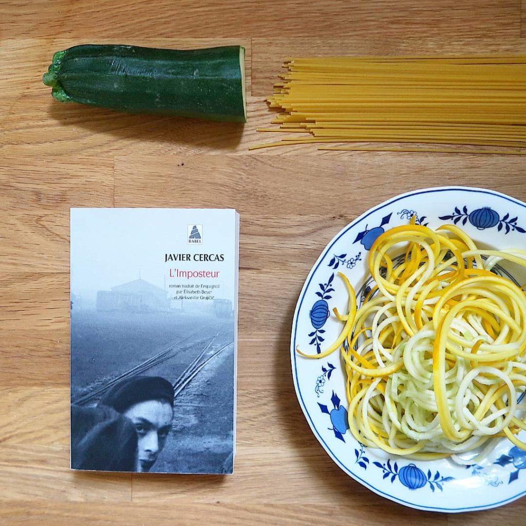 Livre l'imposteur avec spaghetti de courgettes