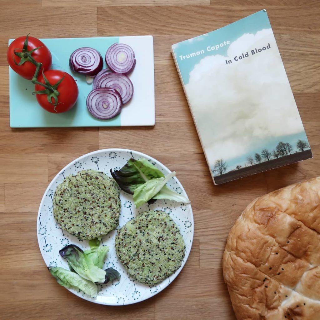 Livre De sang froid de Truman Capote avec les ingrédients d'une hamburger végétarien