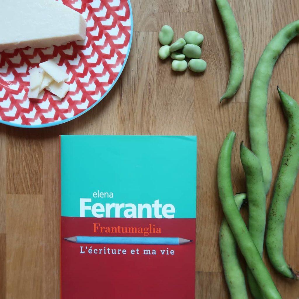 Livre Frantumaglia d'Elena Ferrante avec des fèves et du pecorino