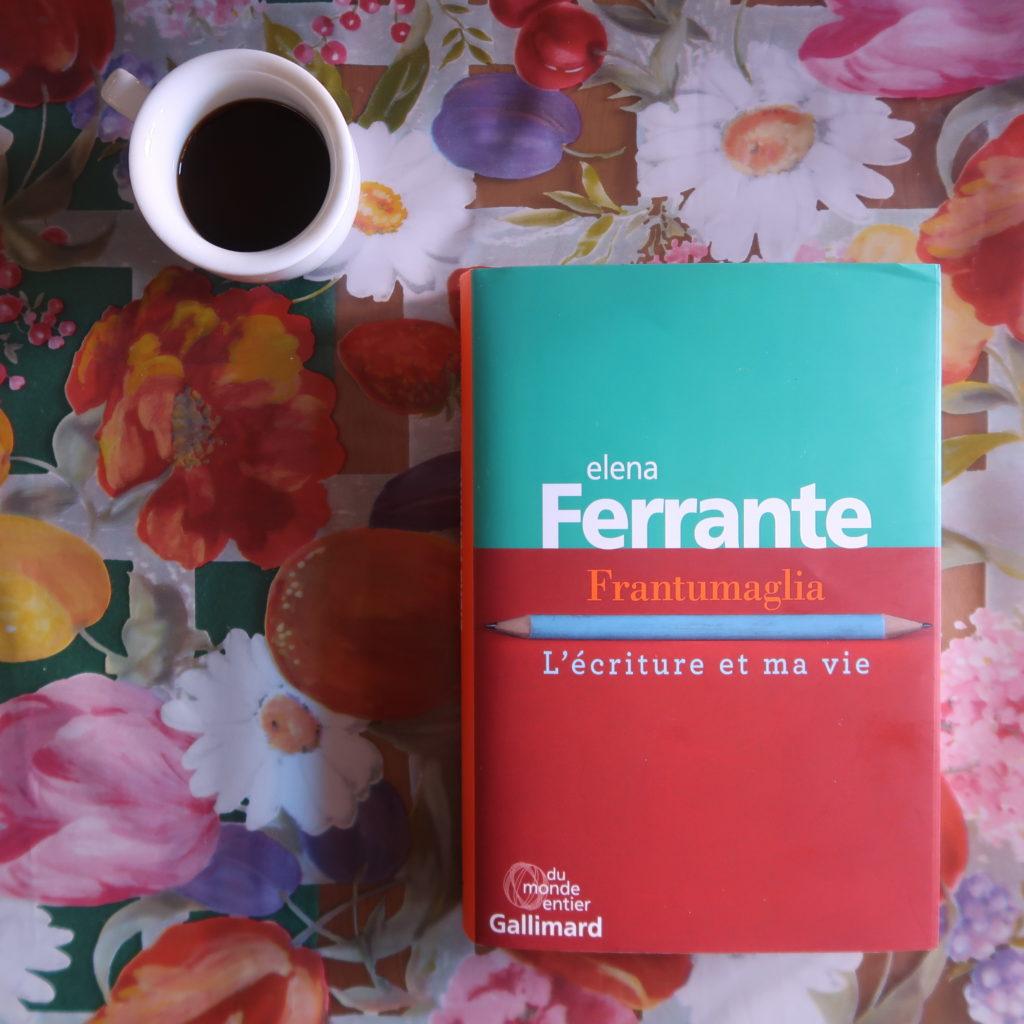 Livre Frantumaglia d'Elena Ferrante sur une nappe fleurie