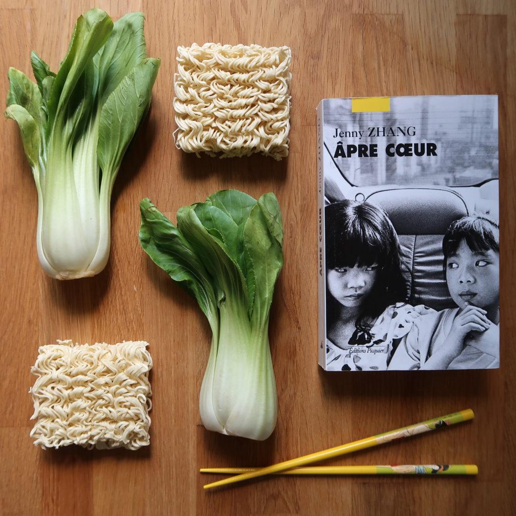 Livre Âpre cœur de Jenny Zhang avec des bok choy et nouilles chinoises