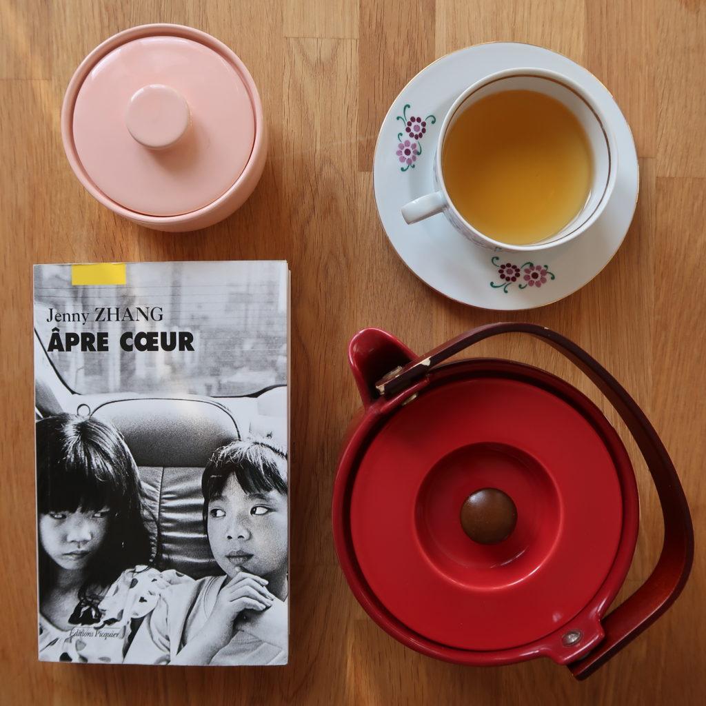 Livre Âpre cœur de Jenny Zhang et service à thé