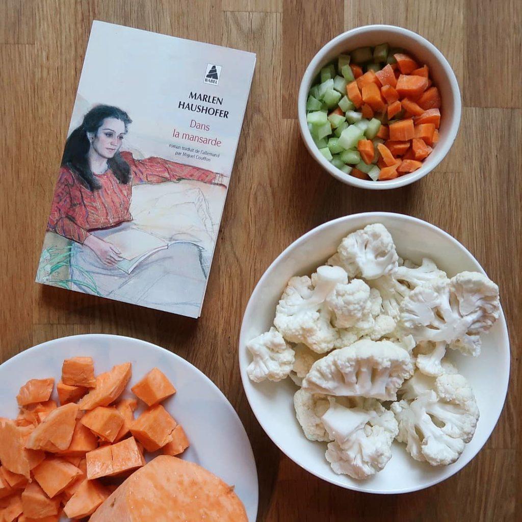 Livre dans la mansarde de Marlen Haushofer et ingrédients pour préparer un potage
