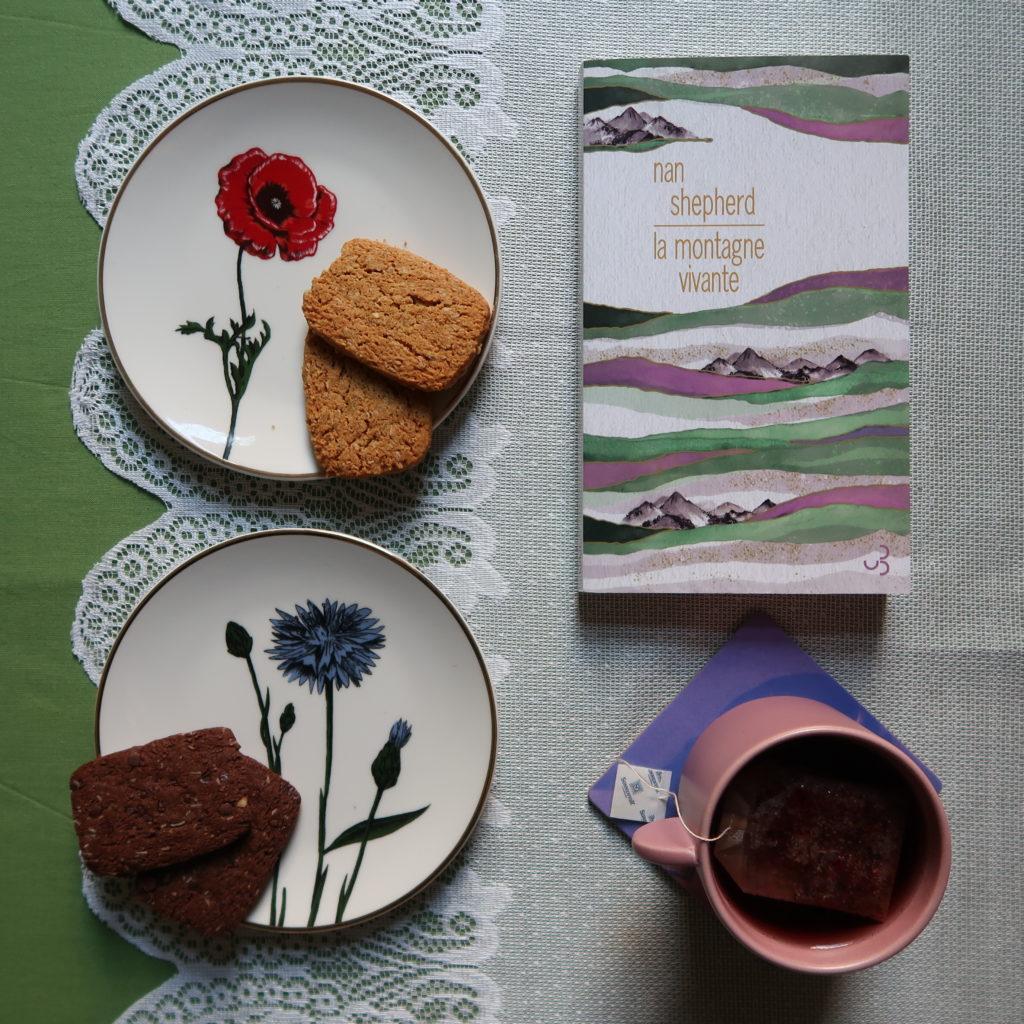 Livre La montagne vivante de Nan Shepherd au moment du tea time