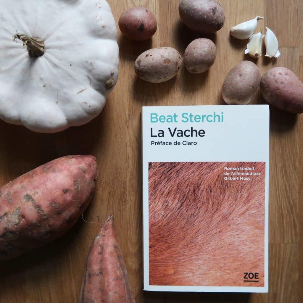 Livre La Vache de Beat Sterchi avec des légumes de saison