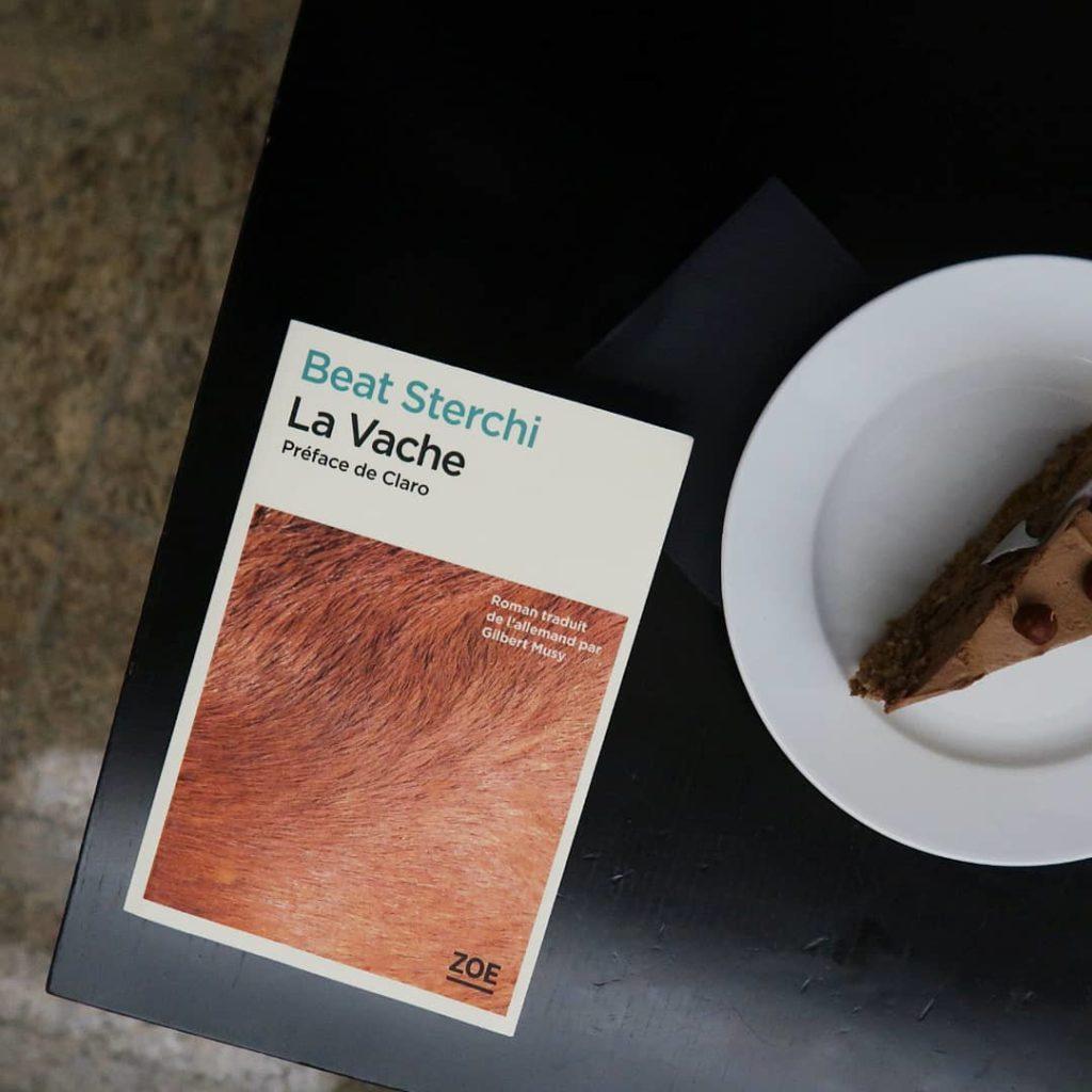 Livre La Vache de Beat Sterchi avec un gâteau aux noisettes